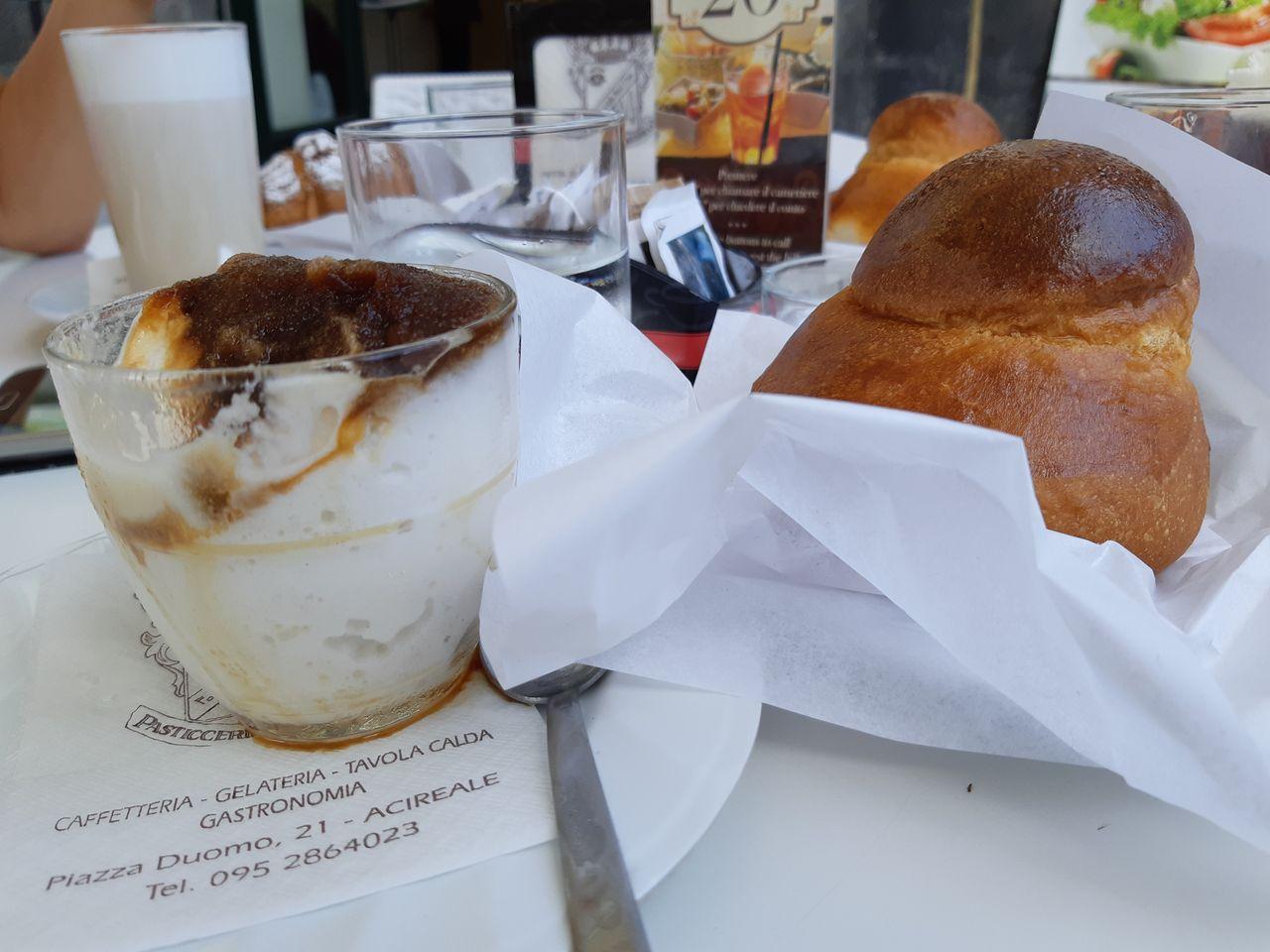 dietro la colazione, il bicchiere di vetro con l'acqua, sembra una cosa banale,ma in mondo usa e getta non lo è